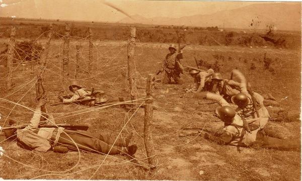болгарских солдат по преодолению проволочного заграждения