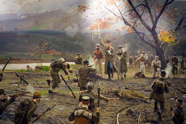 на ВМРО с манлихеровите си карабини и пушки воглаве с български офицер, атакуват английски и френски позиции Museum of the Macedonian Struggle