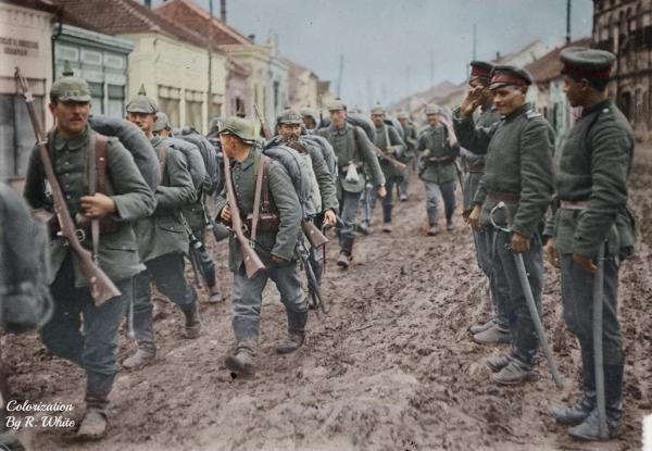 военнослужащие проходят строем мимо болгарских кавалеристов, вооружённых саблями Напред. ПМВ, Сербия, ноябрь 1915 года