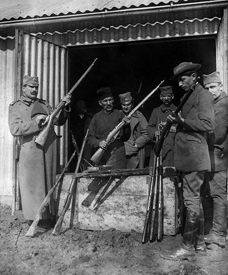 солдаты с винтовками Мосина обр. 1891 года в Белграде. 1915 год