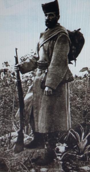 солдат с винтовкой системы Маузера обр. 1910 года