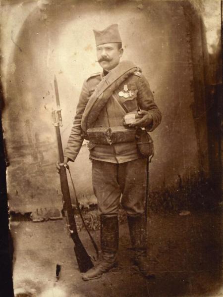 солдат с винтовкой Маузера со штыком