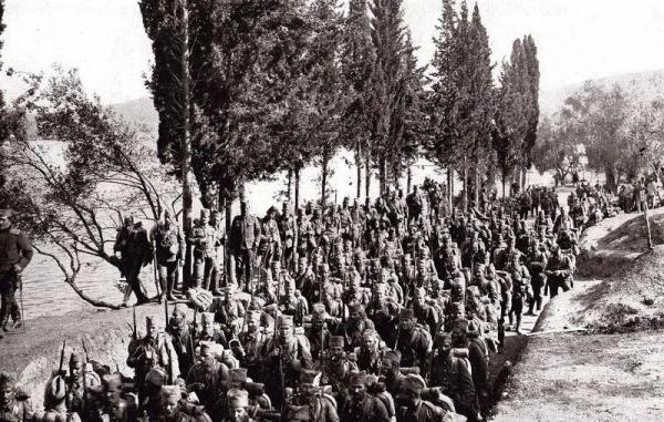 солдаты эвакуируются на остров Корфу, 1915 год