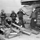 Артиллерийский расчет канадского эсминца «Алгонквин» обслуживает орудие после стрельбы