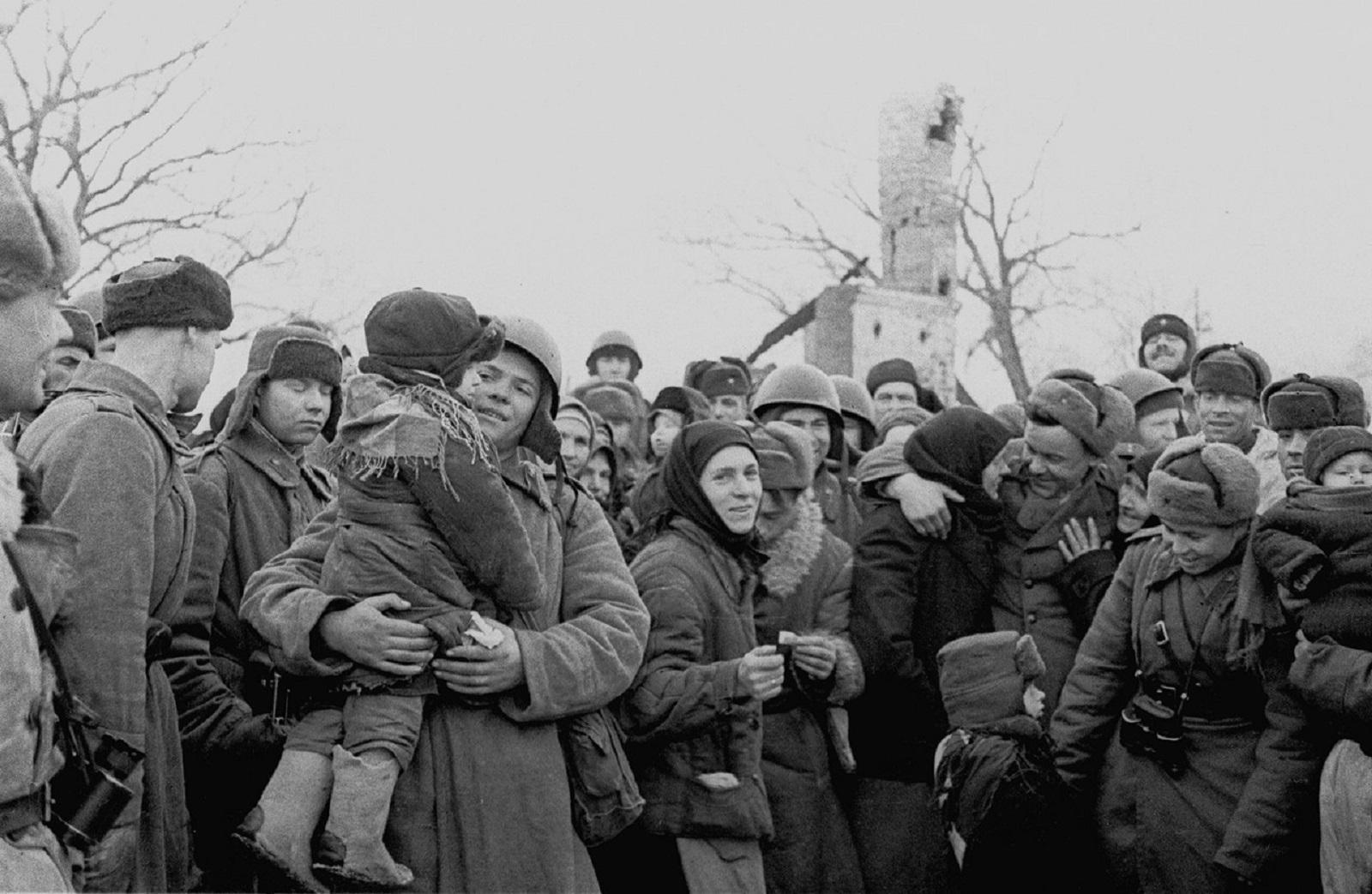 Жители освобожденного советского села встречают своих освободителей