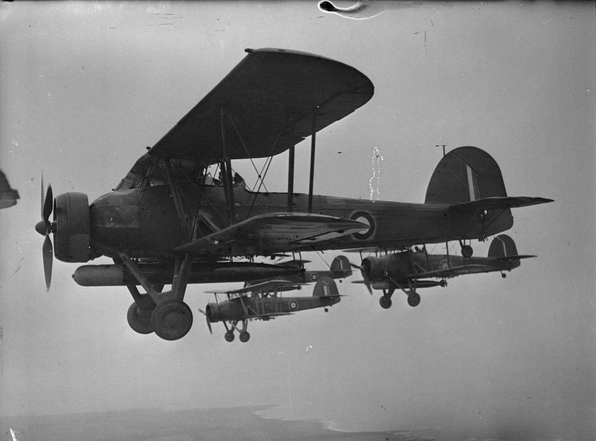 """Четверка британских торпедоносцев Фейри """"Суордфиш"""" Mk I во время тренировочного полета"""