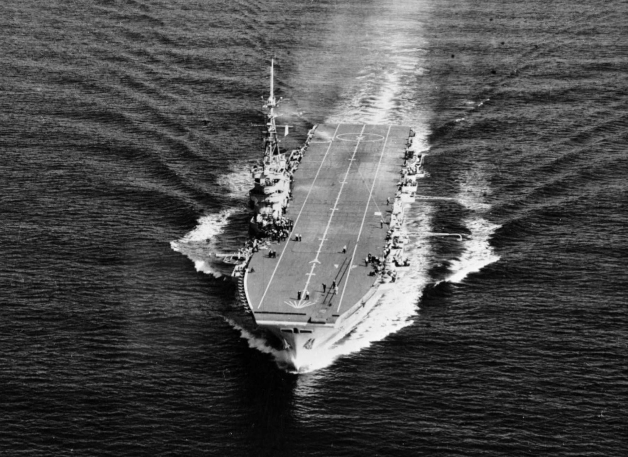 "Британский авианосец ""Вендженс"" на Тихом океане"