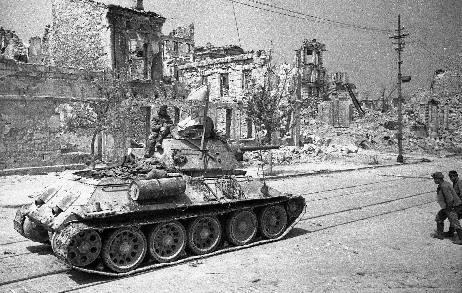 Танк Т-34 в на улице освобожденного Севастополя [2]