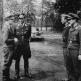 Гейнц-Вольфганг Шнауфер и Гельмут Лент в присутствии подчиненных на аэродроме Сент-Тронд
