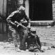 Советский солдат вытаскивает из люка немецкого солдата