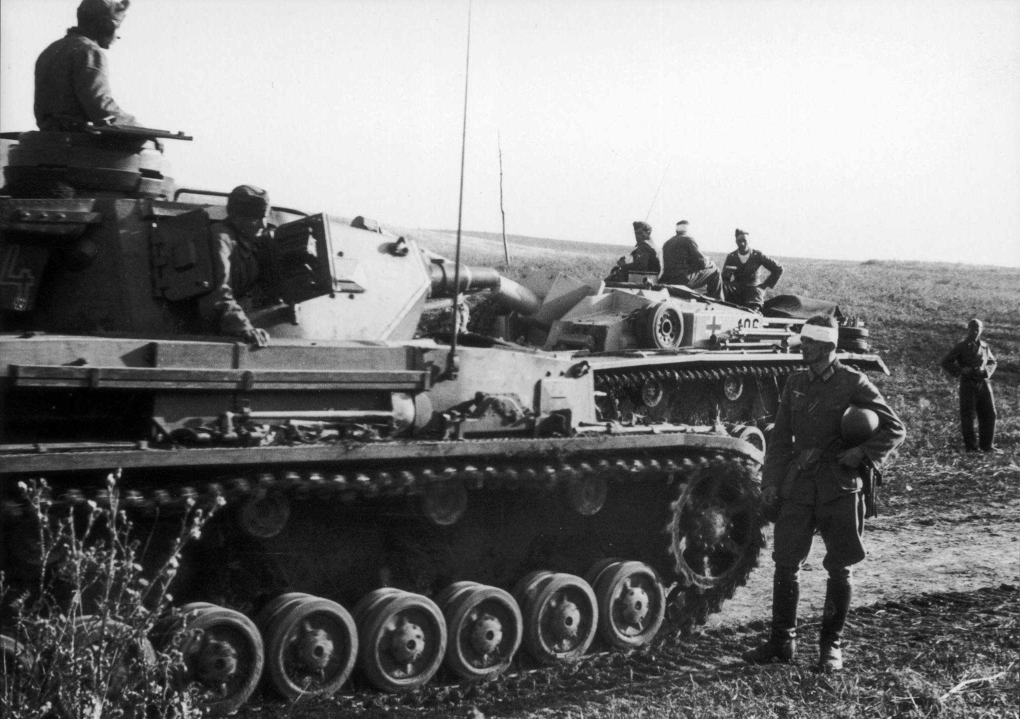 Венгерские танкисты на танке Pz. Kpfw. IV и немецкое штурмовое орудие StuG III