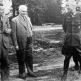 Немецкие коммунисты Э. Вайнерт и В. Пик беседуют с пленными генералами вермахта