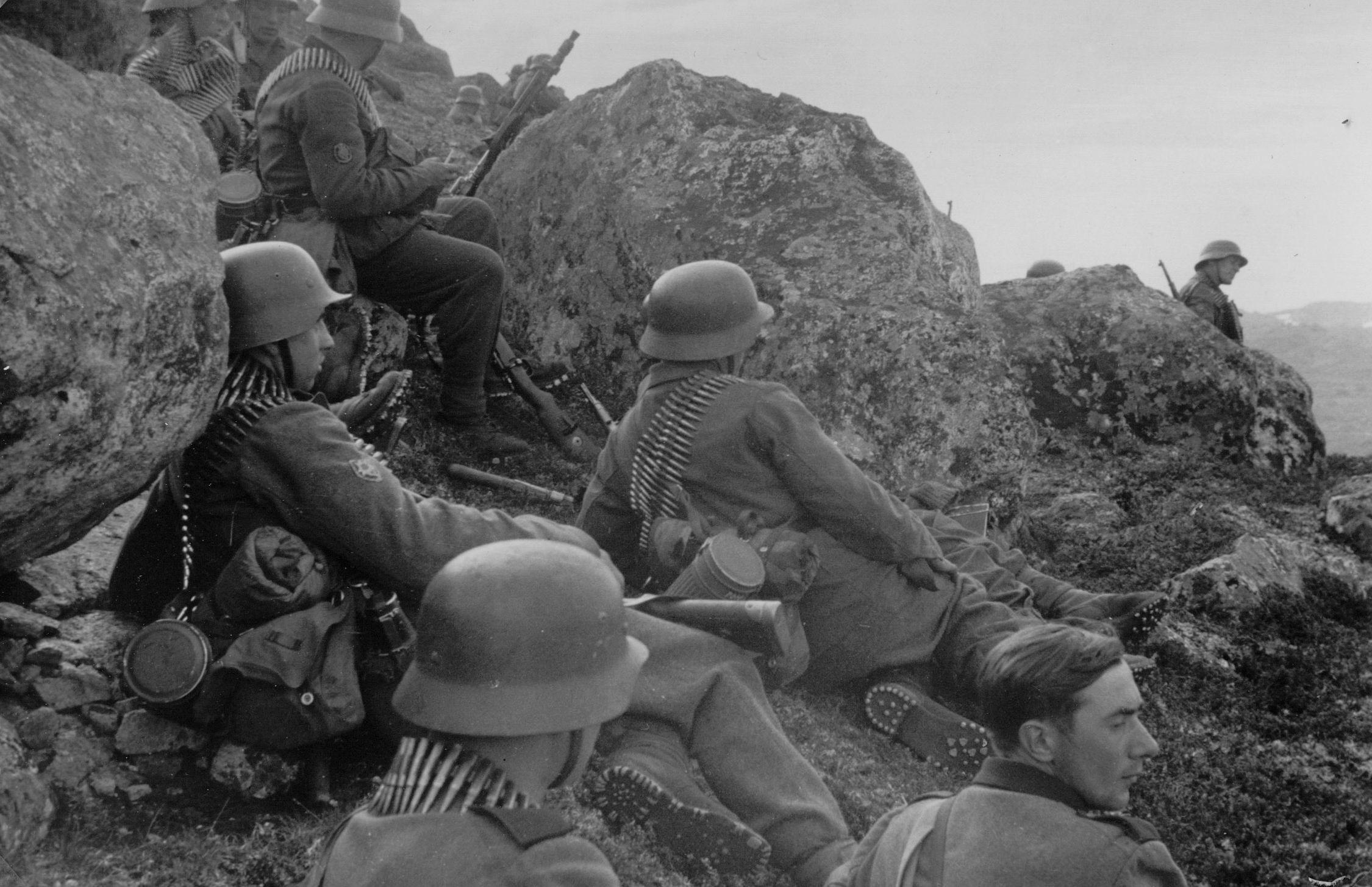 Немецкие горные егеря отдыхают во время боев на Кольском полуострове