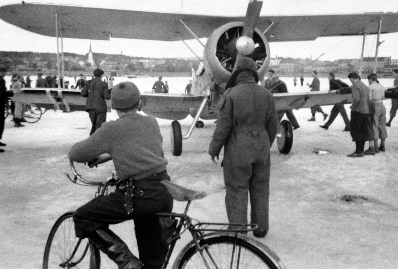 """Норвежский истребитель """"Гладиатор"""" Mk.II на льду озера Мьёса после боевого вылета [2]"""