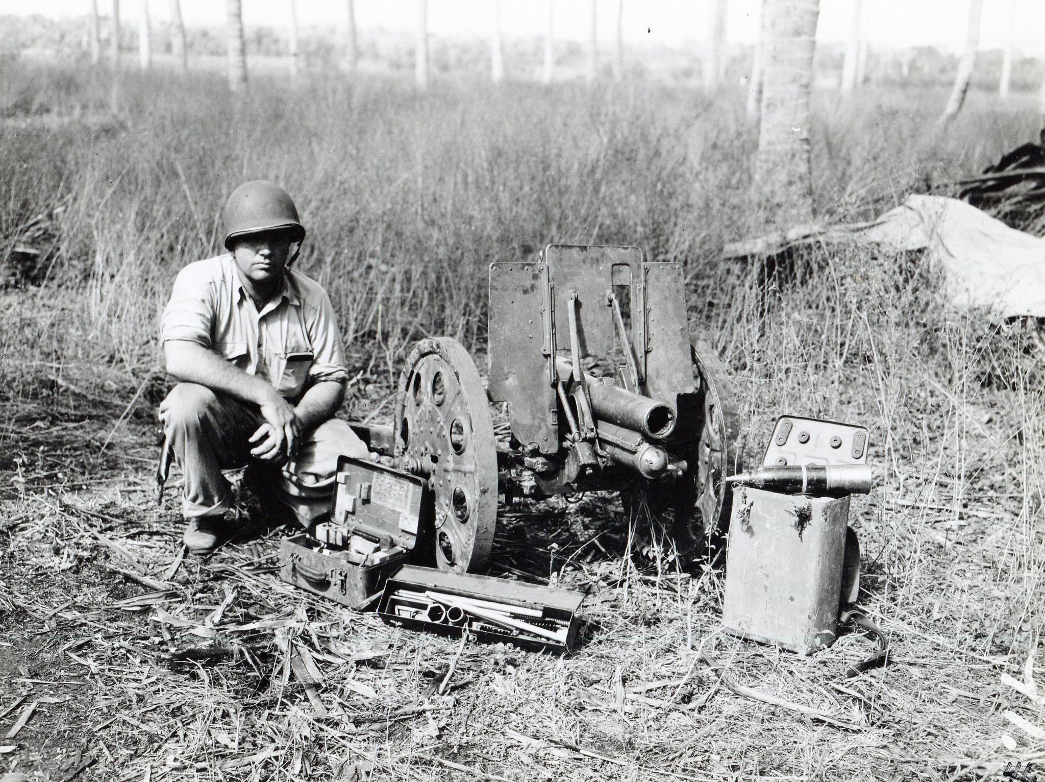Американский морской пехотинец у захваченной японской 70-мм батальонной гаубицы Тип 92