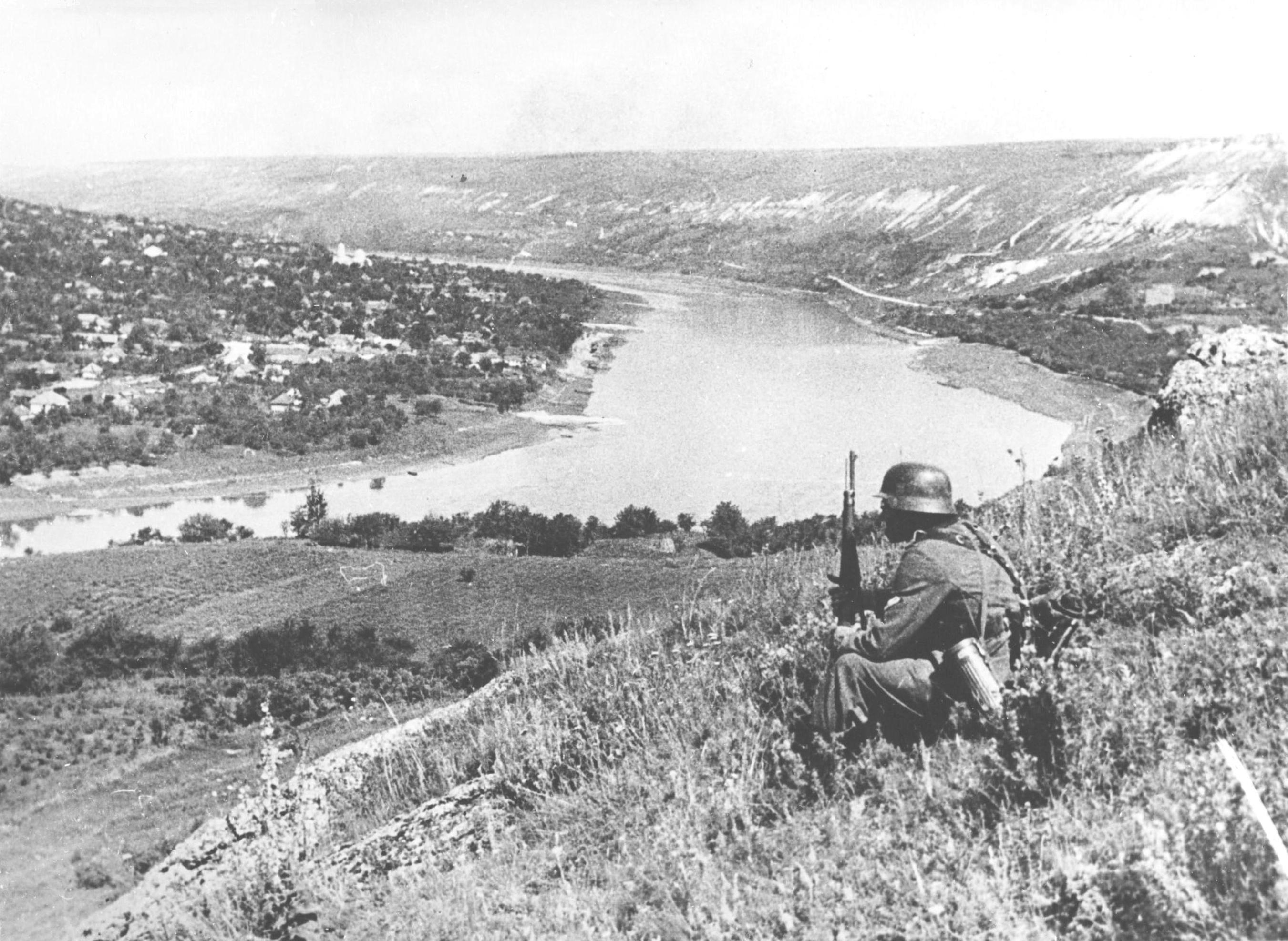Немецкий солдат над Днестром на южной окраине села Бронница Могилёв-Подольского района