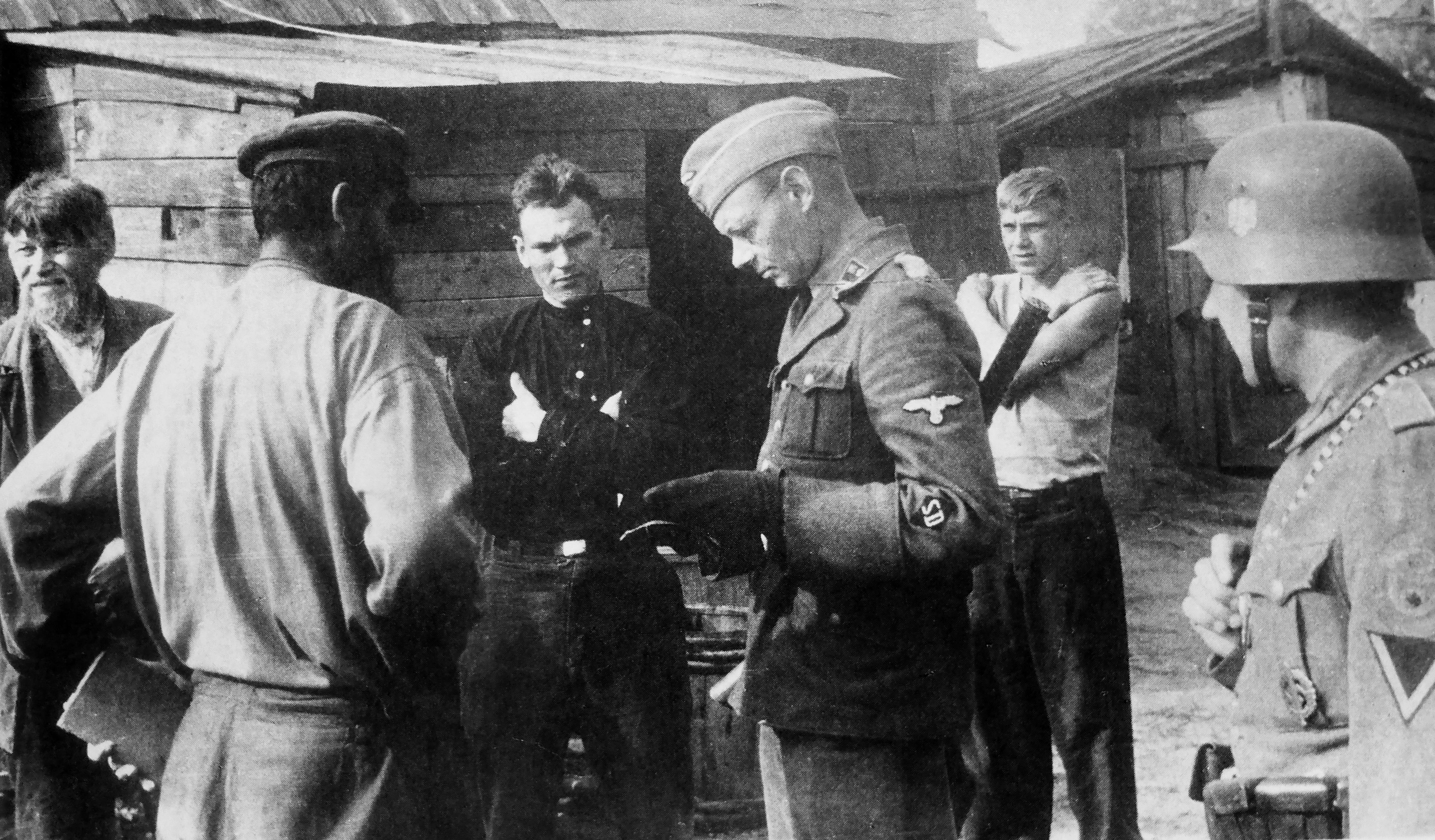 Офицер СД и жители оккупированного советского населенного пункта