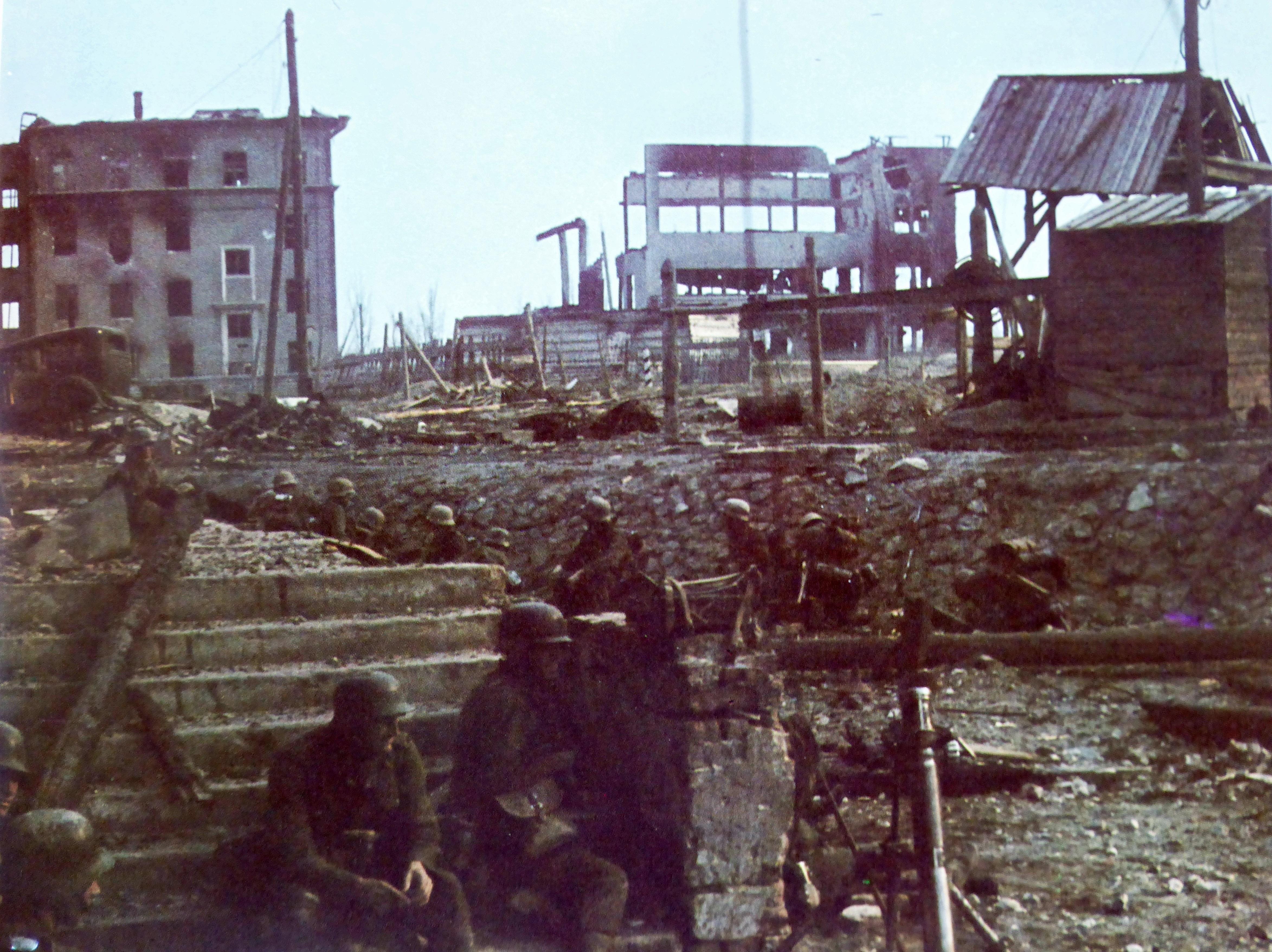 Немецкие солдаты в укрытии вблизи здания школы № 3 в Сталинграде