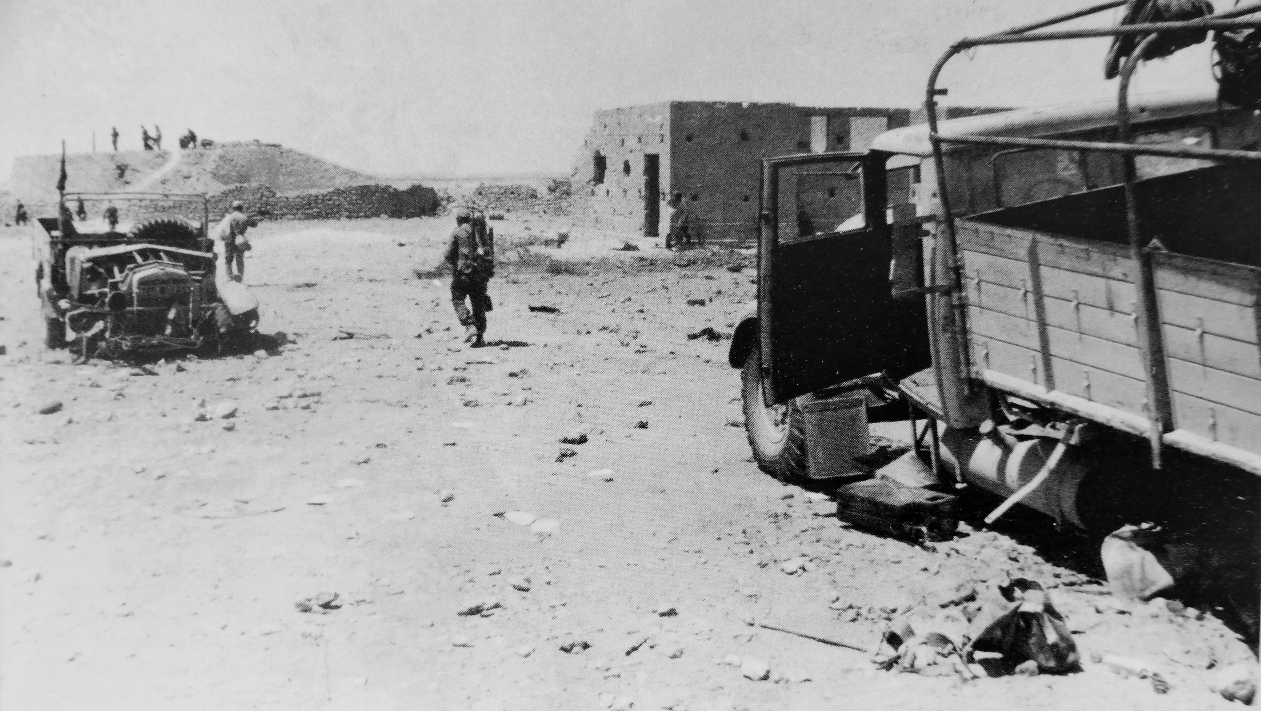 Немецкие солдаты в захваченном форте Бир-Хакейм в Ливийской пустыне