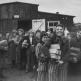 Освобожденные узницы концлагеря Берген-Бельзен, получившие хлеб