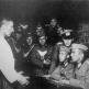 Немецкие офицеры допрашивают подозреваемого в причастности к партизанам