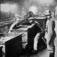 Французские рабочие работают под надзором немецкого солдата
