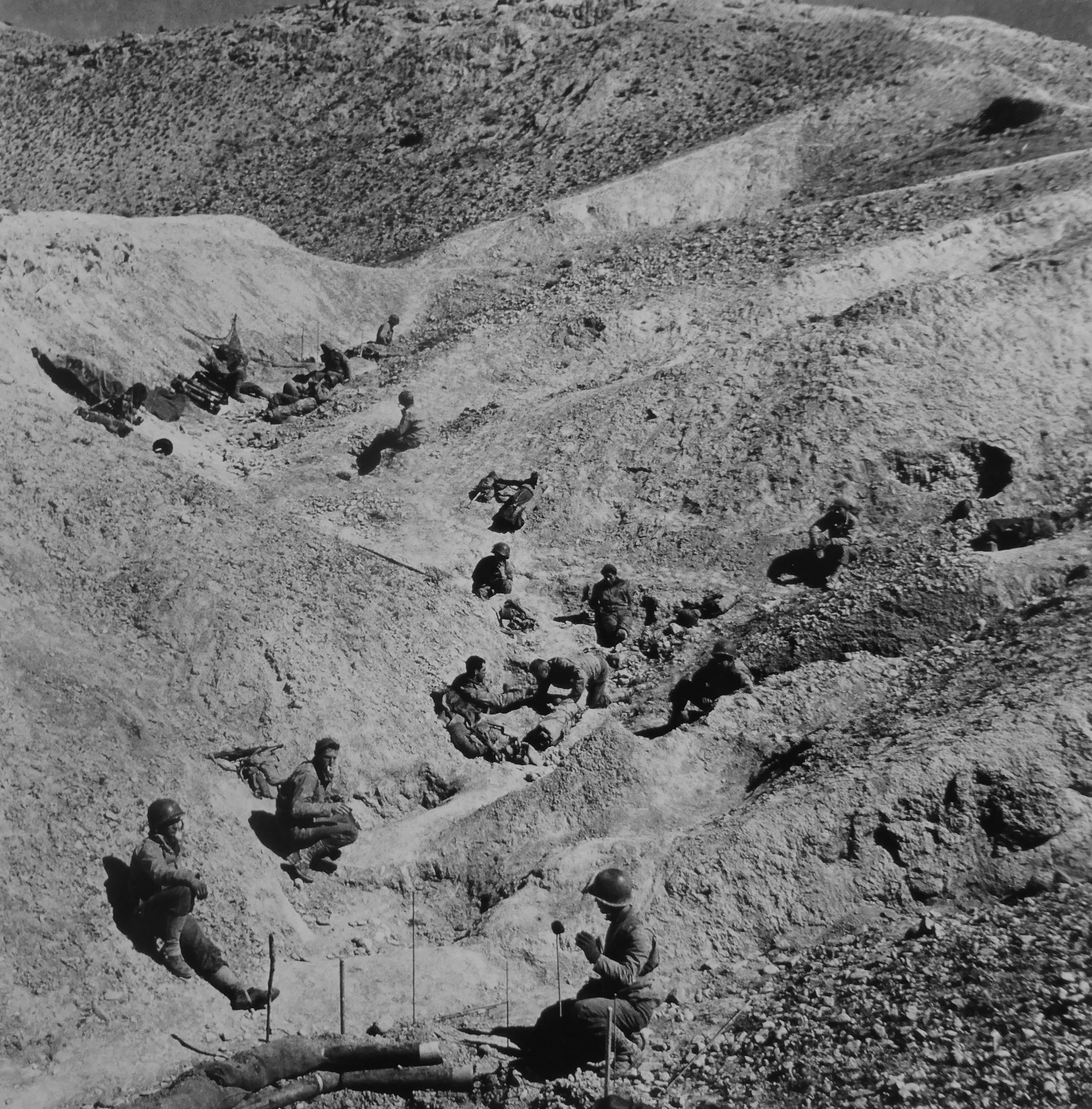 Солдаты 16-го пехотного полка США на привале в горах вблизи города Кассерин в Тунисе