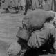 Советский военнопленный пьет воду из лужи