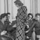 Служащие британского Женского вспомогательного корпуса на показе новой коллекции платьев