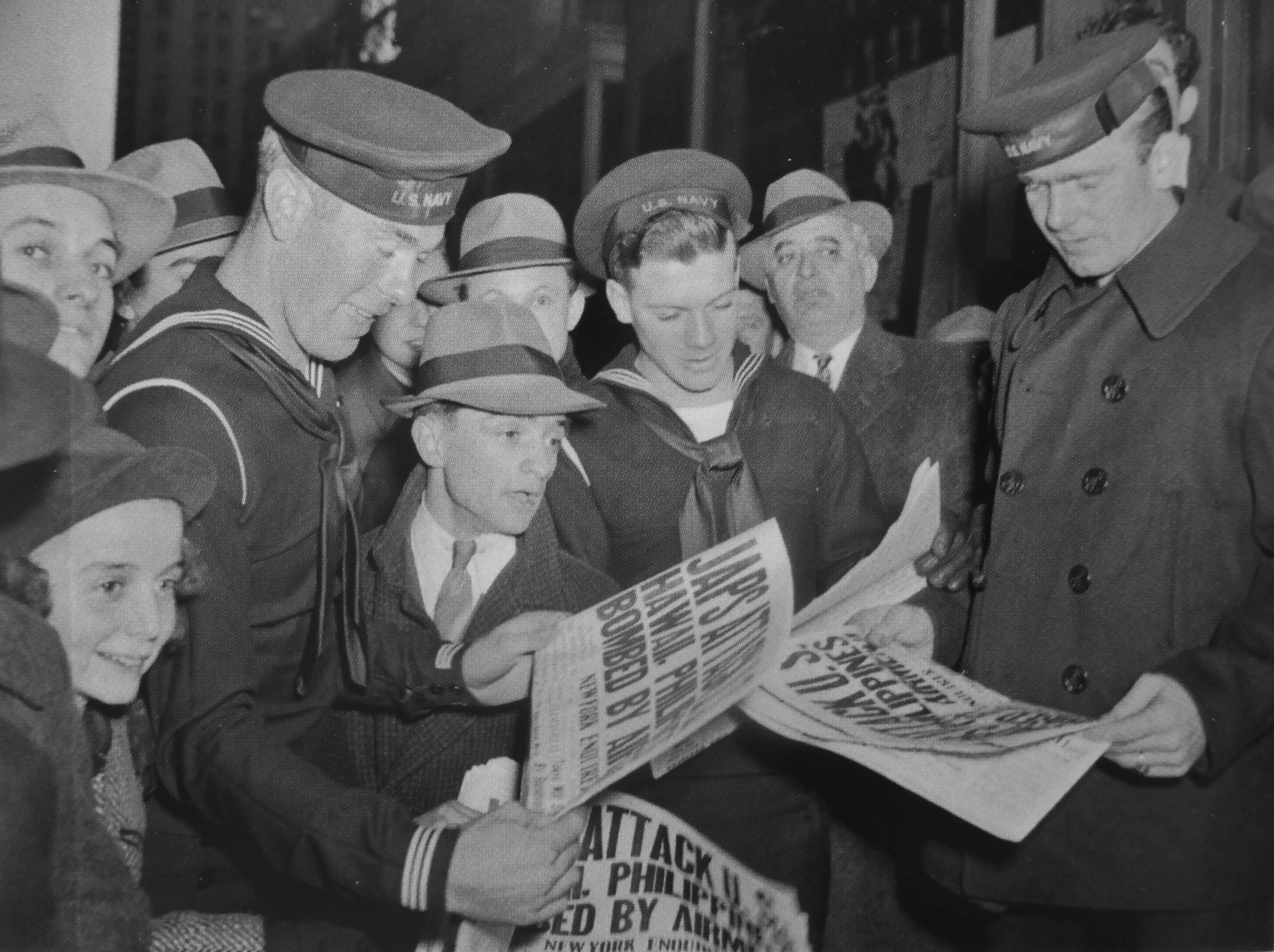 Американские матросы читают сообщение о начале войны с Японией