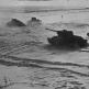 Советские танки Т-34-85 передвигаются по полю, покрытому снегом