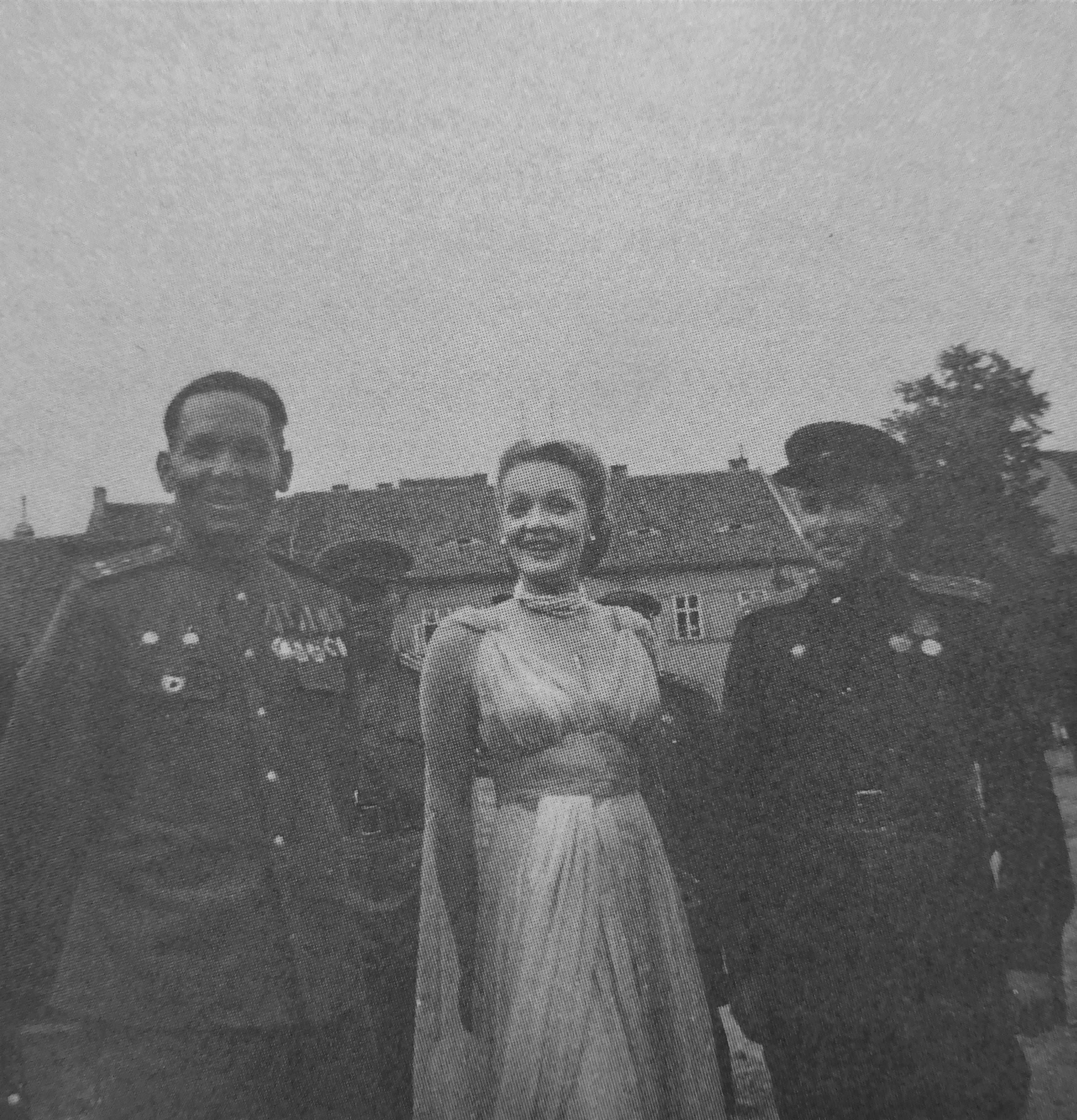 Офицеры Красной Армии и киноактриса Марлен Дитрих на встрече под городом Пльзень