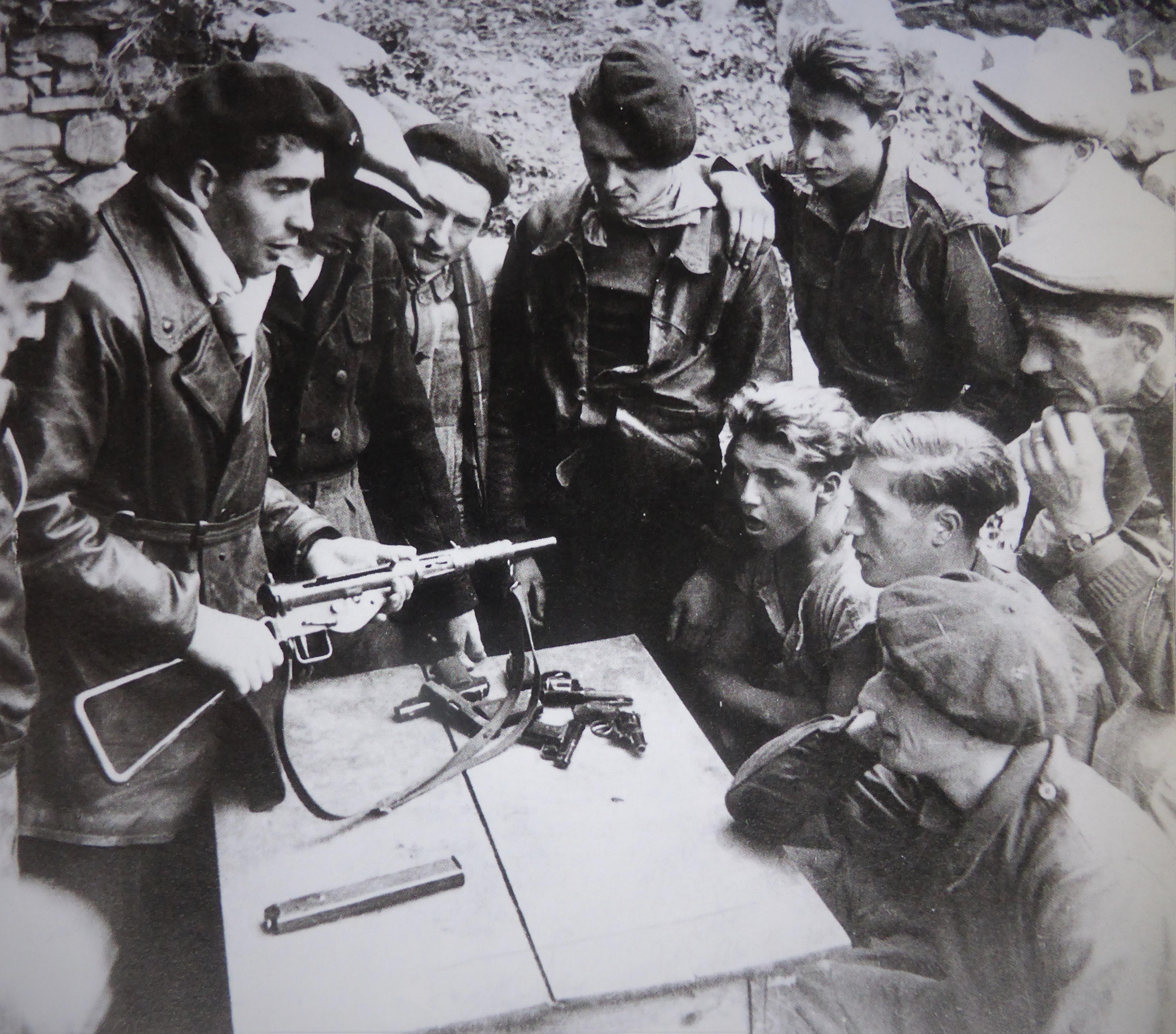 Французские партизаны обучаются владению стрелковым оружием