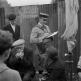 Полицейский выписывает штраф продавцу на рынке на Порт-де-Клиньянкур в Париже