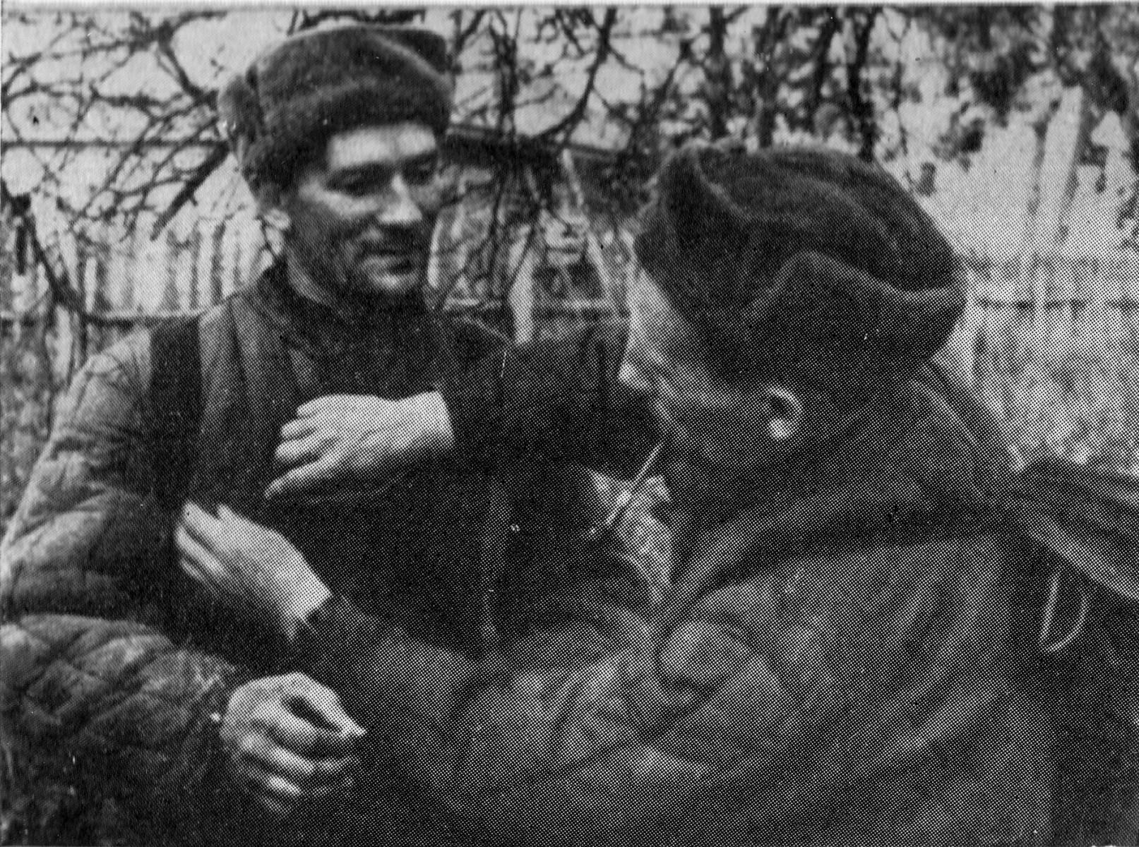 Кинооператор С.Е. Гусев и фотокорреспондент С.И. Лоскутов перед выходом на задание