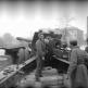 Артиллеристы готовятся открыть огонь из гаубицы МЛ-20 на площади Кальвария в Будапеште