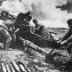 Расчет советской 76-мм дивизионной пушки УСВ ведет огонь по противнику в боях за Керчь