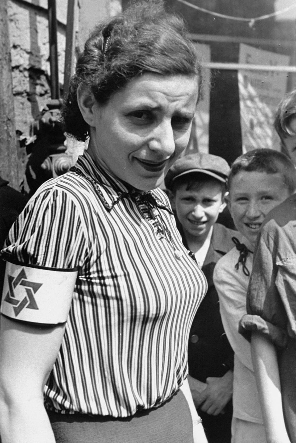 Портрет женщины в полосатой блузке на улице варшавского гетто