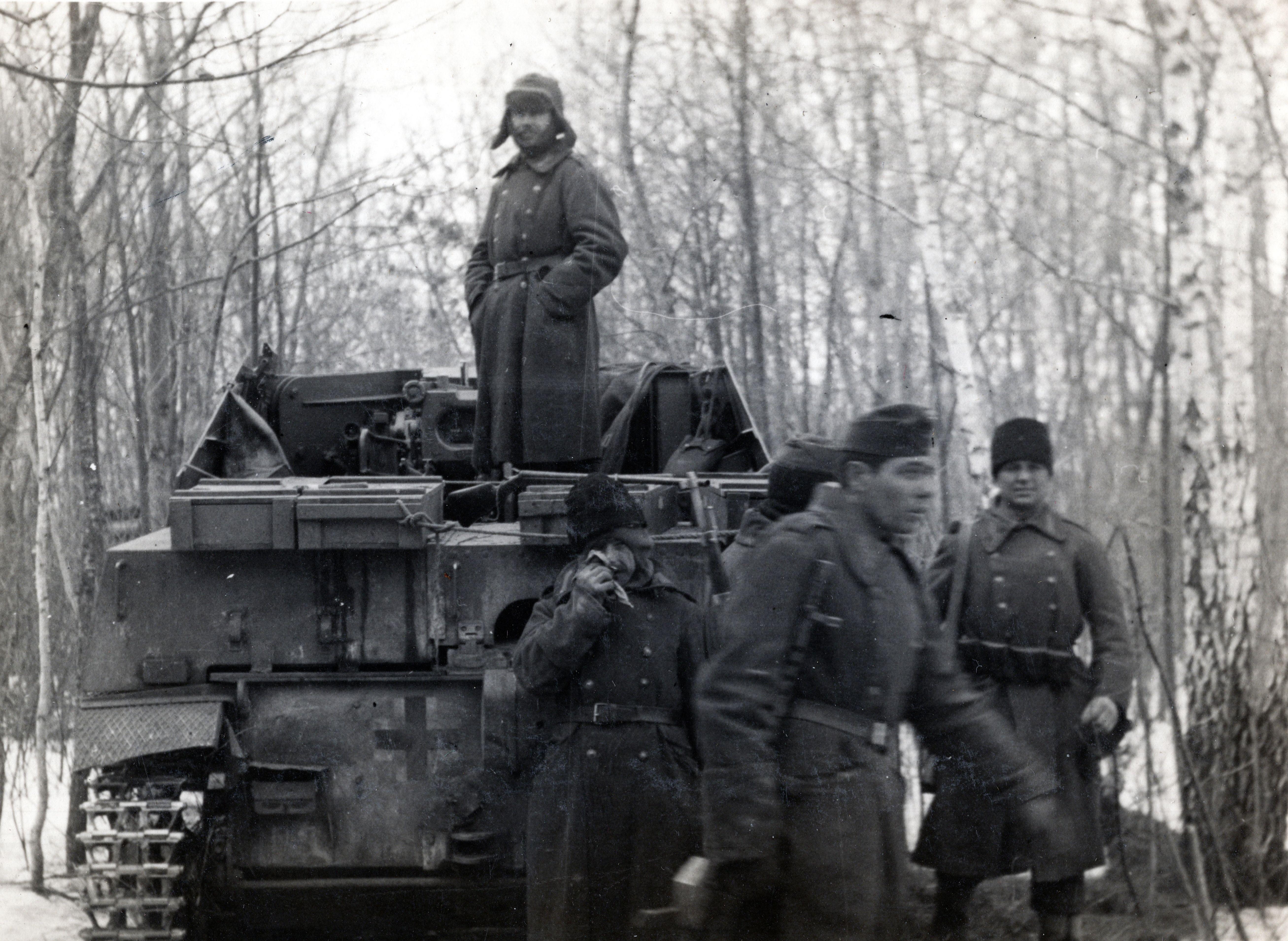 Венгерские солдаты возле САУ «Мардер II» [2]